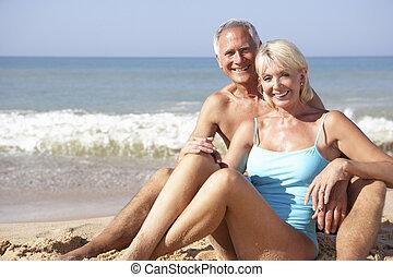 couples aînés, sur, vacances plage