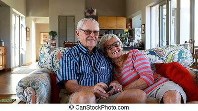 couples aînés, télévision regardant, sofa, 4k