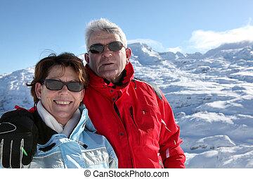 couples aînés, vacances, dans, les, montagne