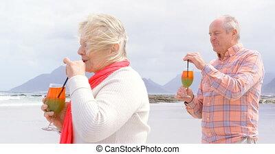 couples aînés, vue côté, cocktail, vieux, caucasien, plage, boire, 4k