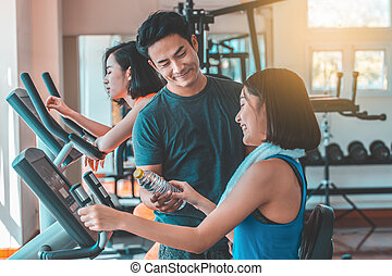Couples are exercising in the gym.