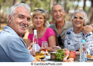 couples, déjeuner, apprécier, plein air, plus vieux