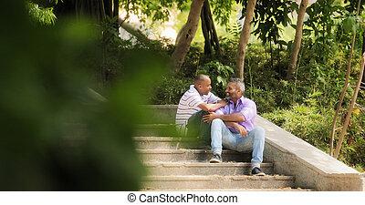 couples gais, deux, homosexuel, hommes, réunion, dans parc