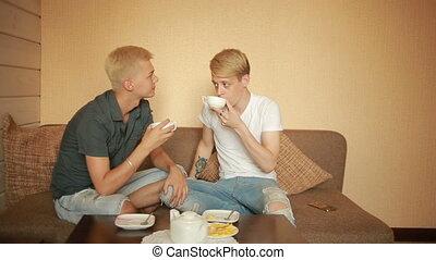 couples gais, lgbt, couch., petit déjeuner, avoir, heureux