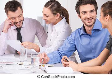 couples., groupe, bureau affaires, gens, jeune, conversation, femme travail, réunion, homme