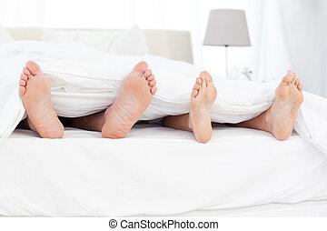 couple's, lábak, alatt, a, ágy