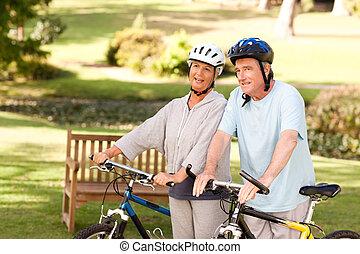 couples mûrs, à, leur, vélos