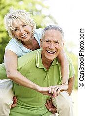 couples mûrs, amusant, dans, campagne