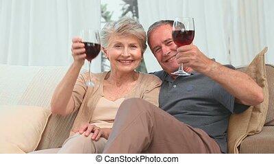 couples mûrs, apprécier, verre vin, rouges