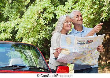 couples mûrs, direction, lecture, regarder, gai, carte
