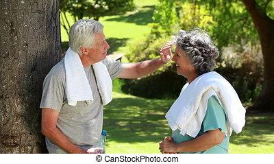 couples mûrs, essuyer, leur, fronts, serviettes