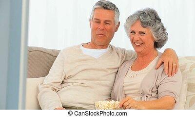 couples mûrs, fro, pop-corn, manger