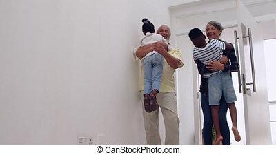 couples mûrs, leur, petits-enfants