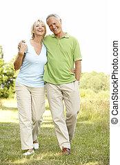 couples mûrs, marche, dans, campagne