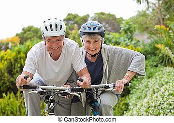 couples mûrs, montagne, dehors, faire vélo