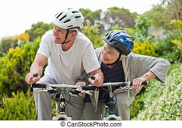 couples mûrs, montagne faisant vélo, dehors