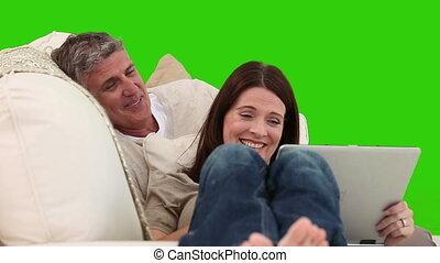 couples mûrs, ordinateur portable, rire, désinvolte