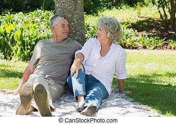 couples mûrs, parc, arbre, contre, ensemble, séance