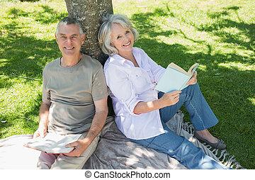 couples mûrs, parc, arbre, sourire, contre, séance