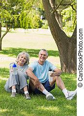 couples mûrs, parc, bouteilles, eau, séance