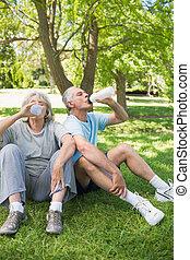couples mûrs, parc, eau, boire