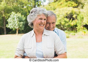 couples mûrs, parc, heureux