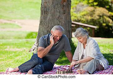 couples mûrs, pique-niquer, dans jardin