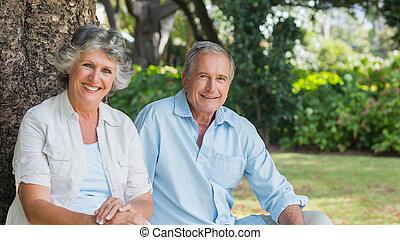 couples mûrs, regarder, sourire, appareil photo, heureux