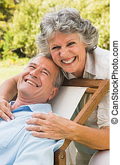 couples mûrs, sourire, appareil photo, heureux