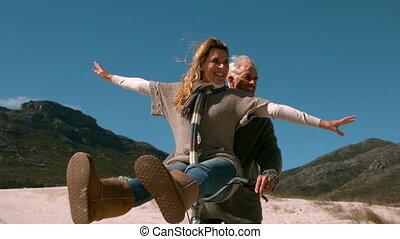 couples mûrs, tour vélo, insouciant, aller