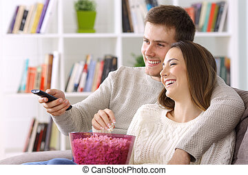 couples regardant tv, chez soi, dans, hiver
