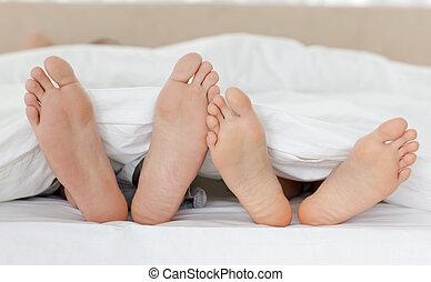 couple's, relaxante, cima, cama, pés, seu, enquanto, fim