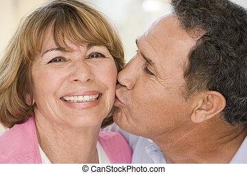 couples, sorridente, dentro, due