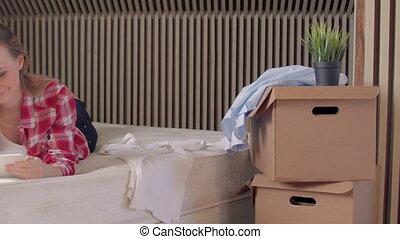coupure, appartement, prend, tablette, sans fil, femme, nouveau, déballage