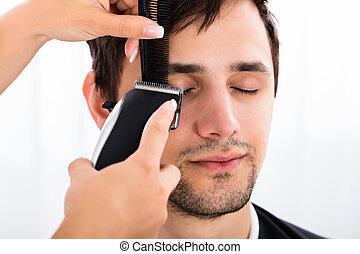 coupure cheveux, gros plan, homme, coiffeur