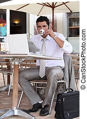 coupure, homme affaires, café, terrasse, avoir