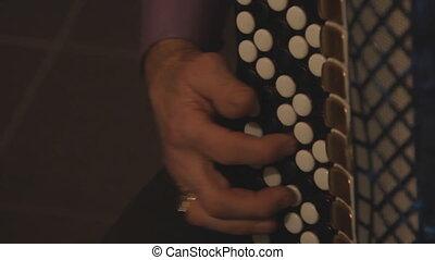 coupure, homme joue accordéon
