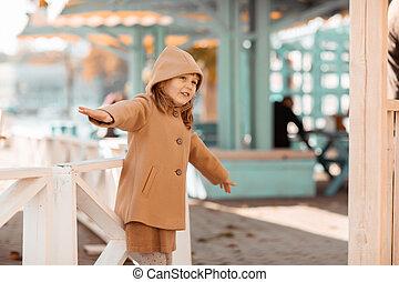 cour de récréation, a, parc, girl, amusement, jeux, jour ensoleillé, public, automne, bébé