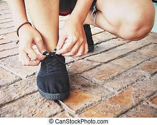 courant, femme, chaussure, attachement, dentelles