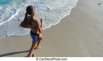 courant, jogging, formation, élevé, plage, pieds nue, vue, angle, femme, femme, coureur, -
