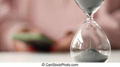 courant, temps, online., confection, femme, hourglass., usages, par, main, sable, argent, management., smartphone