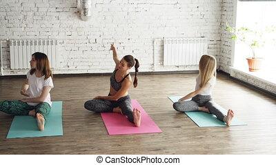 courber, concentré, tête, nattes yoga, séance, lumière, étirage, jeune, poitrine, divers, ils, genou, exercices, flexible, breathing., gentil, ou, studio., femmes