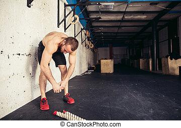 courber, genoux, sien, gymnase, mains, vêtements de sport, homme