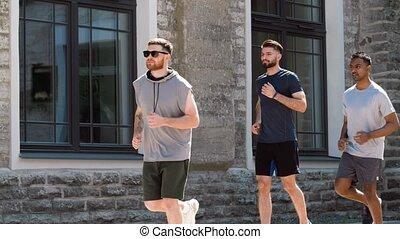 courir mâle, ou, jeunes hommes, amis, dehors