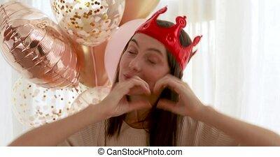couronne, coeur, femme, faire gestes, pendant, fête