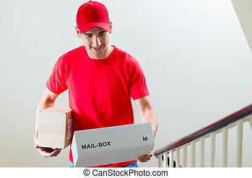 courrier, uniforme, regarder, boîtes, courrier, mâle
