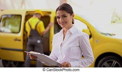 courrier, voiture, clipboard., jaune, livraison, lit, papiers, fille souriante