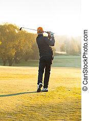 cours, homme, golf vert, jouer