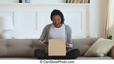 course, girl, millennial, curieux, mélangé, déballage, carton, parcel.