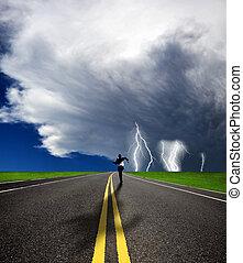 course homme affaires, route, orage